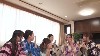市里的祭典結束後,匆忙聚集到我家的鄰居美女人妻們。