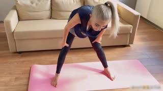妹子做瑜珈课程露美乳