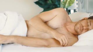 让情人的硬鸡巴深插猛操后在浓密的阴毛上射精