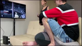 【欧美精选】内射!内射!内射!美少女趴在沙发上玩PS4被四眼男挑逗扒掉内裤就插_225104341