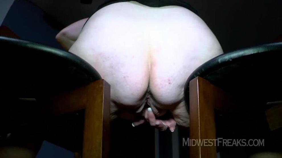 Sarah Shows Her Pussy
