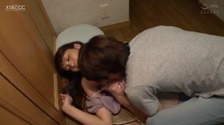 SCOP-698看著爛醉前輩的淫樣受不了地在玄關中出性交