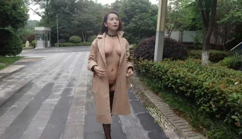 写真模特在户外直接大胆裸露~效法北京天使的全裸逛街!!