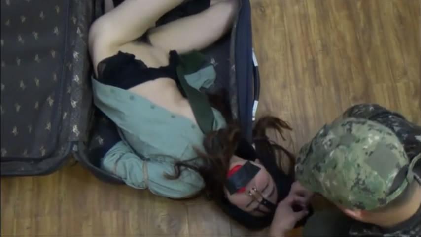 剧情演绎制服国模落入匪窝被绑匪折磨放入皮箱里高清无水印原版