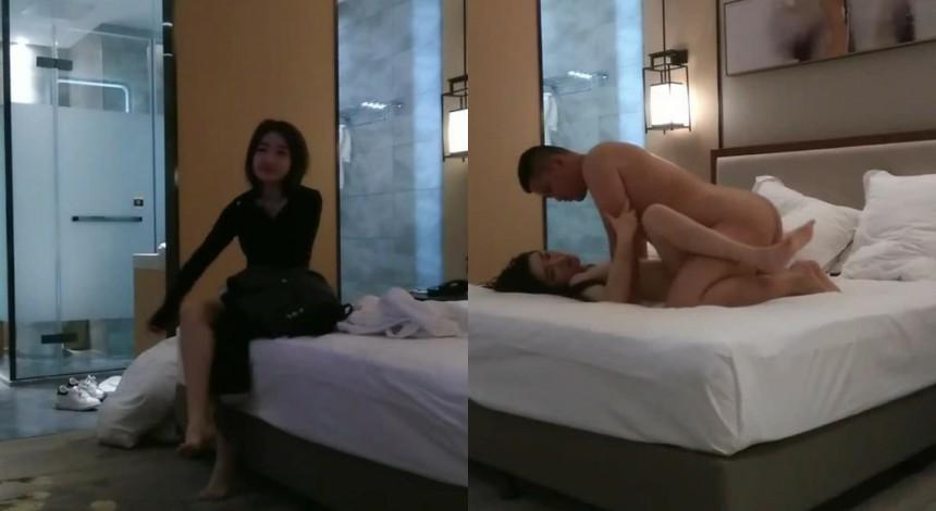 酒店约操苗条性感的气质美女啪啪,见美女漂亮激烈爆插射完后还不想放她走,抱在腿上玩弄,挣扎开赶紧穿衣服走