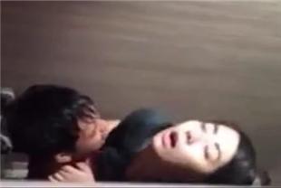 年轻情侣躲在厕所做爱非常刺激