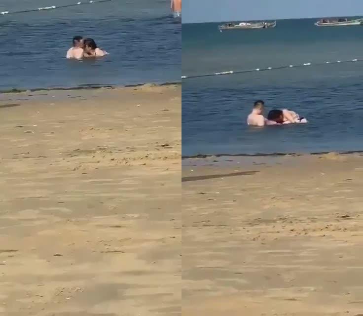 海滩寻求刺激的情侣,公然在浅滩撒狗粮,亲嘴就算了,还掏出鸡巴让女友含进去,看呐口活口活,小孩都走近靠前看乐!