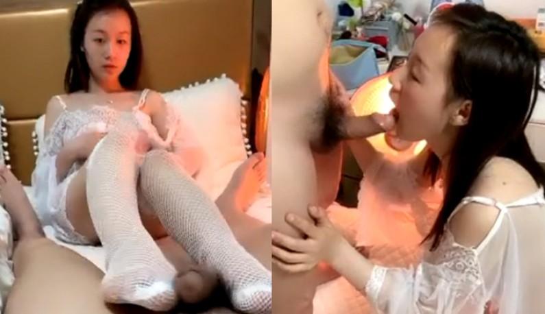 小青年宾馆约会身材纤细大学生美少女~透明白色薄纱情趣装加白网袜非常诱人