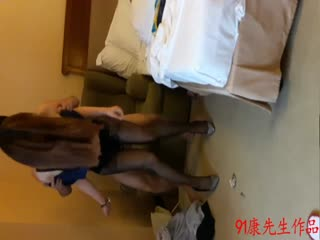 19岁本地美女空姐第2部和炮友酒店轮流操美女肉色丝袜