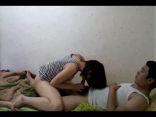 清纯可爱高中女孩与男友在家做爱视频